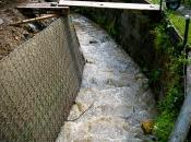 Naša škarpa ne potrebuje  temelja, kar zelo olajša delo v vodotokih
