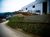 Bio-Stützmauer in der Begrünungsphase.