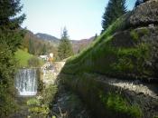 Ausbreitung einer Straße an einem Bach mit Hilfe unserer grünen Technologie